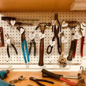 narzędzia na ścianie