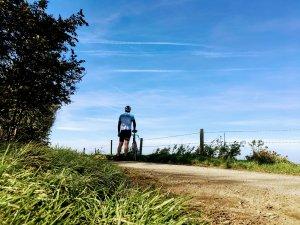 single speed z bambusa rowerzysta i rower