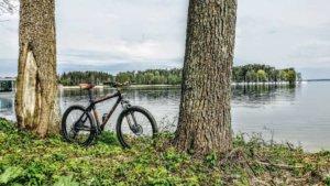 Z rowerem na Mazury rower z bambusa i jezioro i drzewa