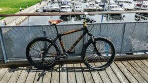 Z rowerem na Mazury rower z bambusa na molo