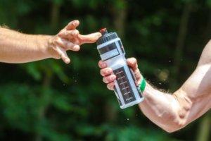 Kolarskie tips & tricks podawanie bidonu