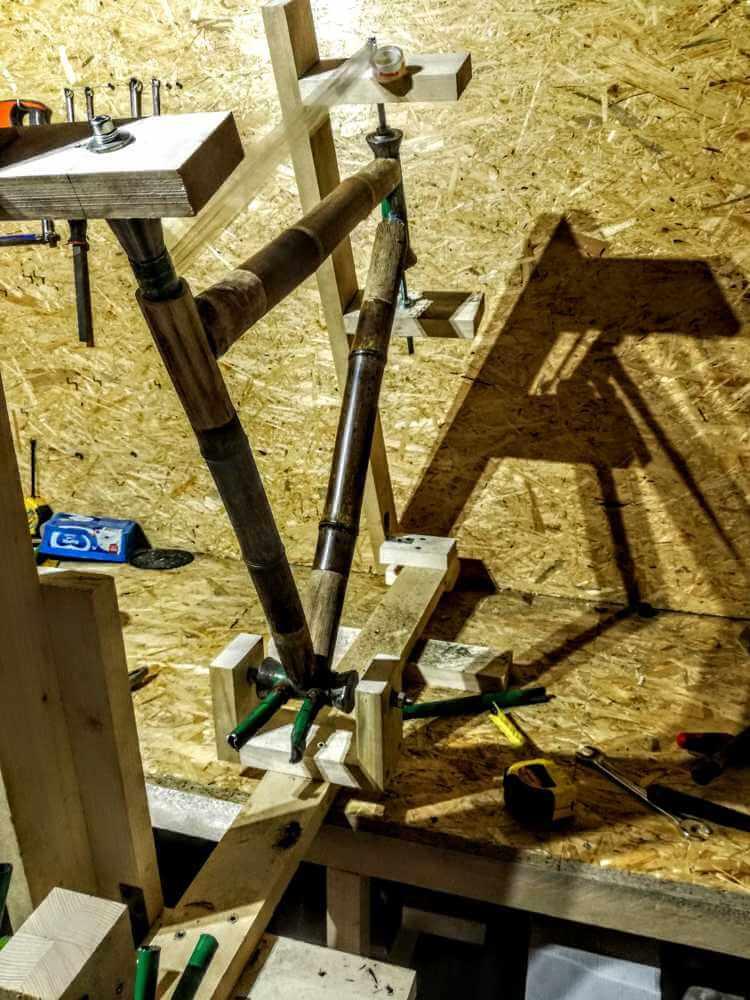 montaż bambusowych tyczek tylny trójkąt wycięty